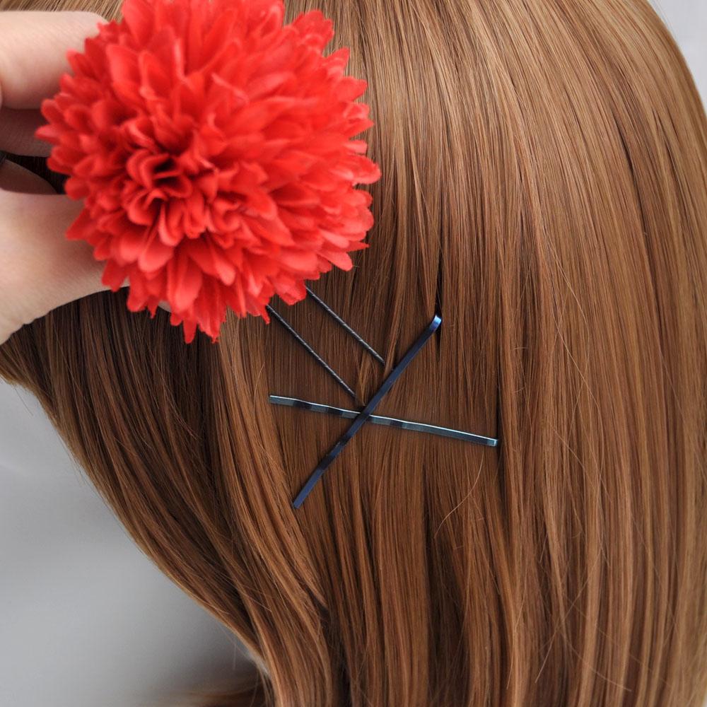 髪飾りを付けたい位置に2本のアメピンを使いクロスになるよう髪の毛に留めます